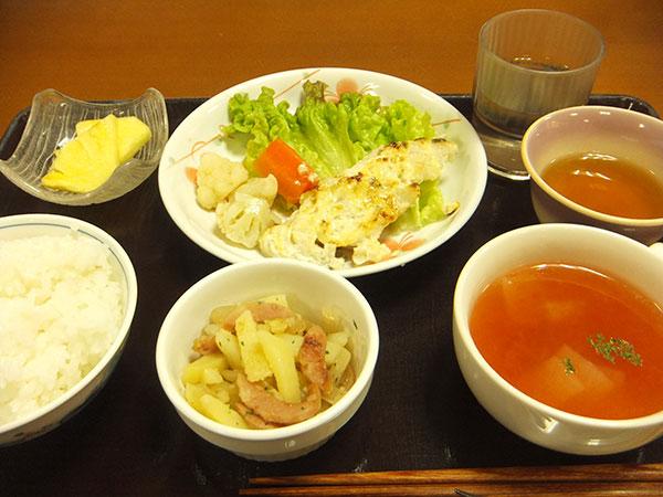 ご飯 ほきのタルタル焼き ジャーマンポテト パイナップル トマトスープ <br>539kcal